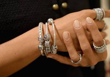 A Pandora tem um kit que deixa as jóias usadas a brilhar como novas