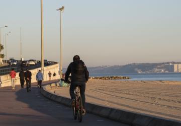 Apesar dos avisos, ainda há pessoas a passear na marginal e nas praia de Oeiras