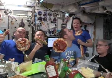 A pizza party de astronautas no espaço que se tornou viral